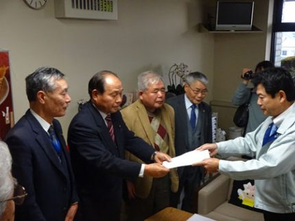 佐藤栄一宇都宮市長(右)より回答を受け取る福田昭夫県連代表(左)
